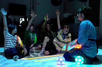 Niños aprendiendo a colaborar y trabajar en equipo a través del juego 'Balsa Salvavidas'